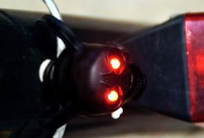LED Totenkopf mit leuchtenden und blinkenden roten Augen